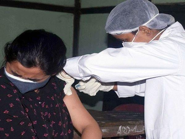शुक्रवार को जिले में शहर से लेकर गांव तक में 50 बूथ बनाए गए थे। इन बूथों पर 12691 लोगों ने कोविड का टीका लगवाया है। - Dainik Bhaskar