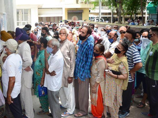 पंजाब के जालंधर के सिविल अस्पताल में शनिवार को 7 दिन बाद वैक्सीनेशन सेंटर खुला तो लोगों की भीड़ लग गई। - Dainik Bhaskar