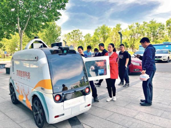 रोबोट डिलीवरी लेकर ग्राहक के दिए पते पर पहुंचता है। - Dainik Bhaskar