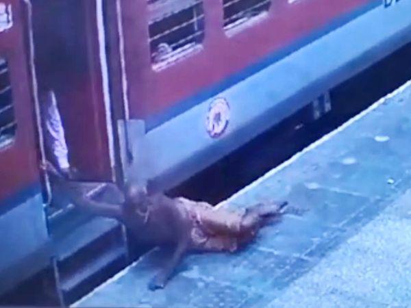 चलती ट्रेन से उतरने की कोशिश में ट्रेन और प्लेटफार्म के बीच बुजुर्ग फंस गया। - Dainik Bhaskar
