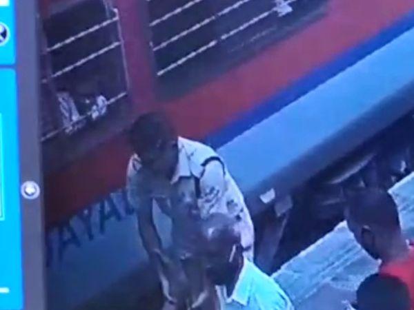 ट्रेन के नीचे जाने से पहले RPF जवान ने बुजुर्ग को बचा लिया।