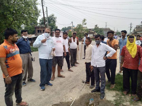 राज्यपाल से शिकायत के बाद जमीन की पैमाइश कराई गई। - Dainik Bhaskar
