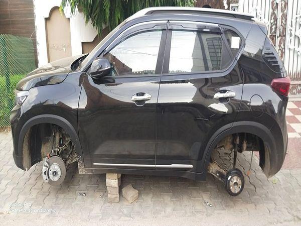 टायर चोरी करने के बाद ईंटों पर खड़ी कार। - Dainik Bhaskar