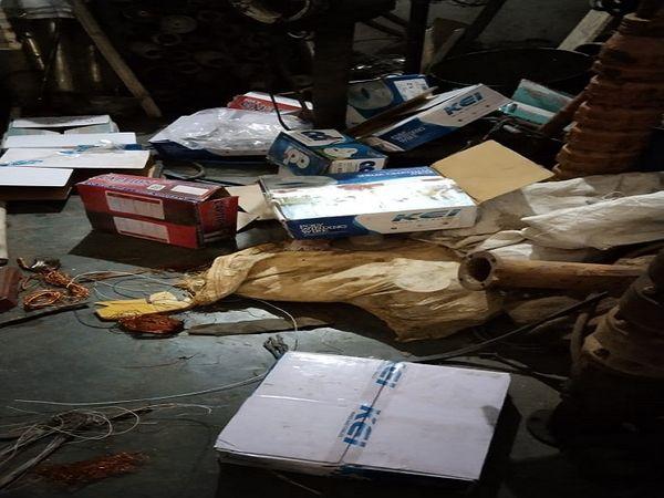 चोरी के बाद दुकान में बिखरा पड़� - Dainik Bhaskar