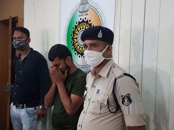 जब पुलिस ने इरशाद को मीडिया के सामने पेश किया तो वो रोने लगा।