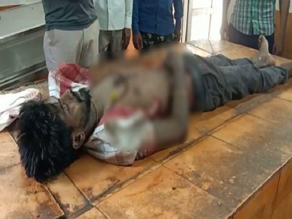 आरोपियों ने चाकू से युवक के सीने पर वार किया था।