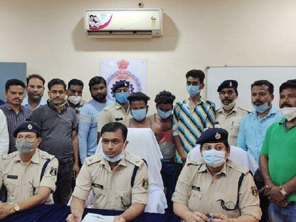पुलिस ने चाकू से हमला करने वाले आरोपियों जग्गू साहू, सोनू प्रजापति और किशन को शनिवार को गिरफ्तार कर लिया है।