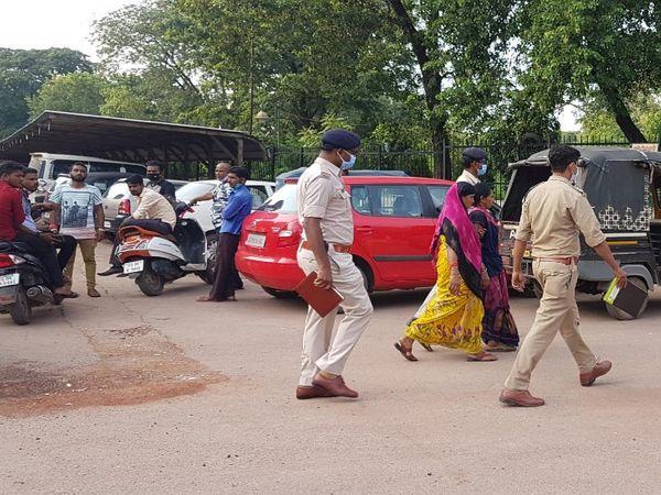 घटना के वक्त वहां मौजूद महिलाओं से भी पुलिस ने पूछताछ की।