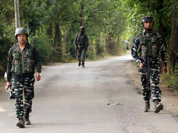 कश्मीर में सेना आतंकियों के खिलाफ अभियान चला रही है। इस बार प्रशासन ने उनके मददगारों पर कार्रवाई की है। - Dainik Bhaskar