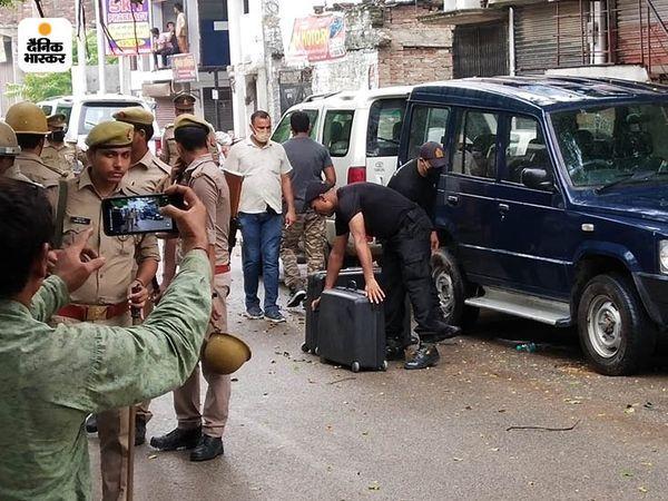 ATS की टीम ने आतंकयों के घर से कुकर बम समेत असलहा बरामद किया है।