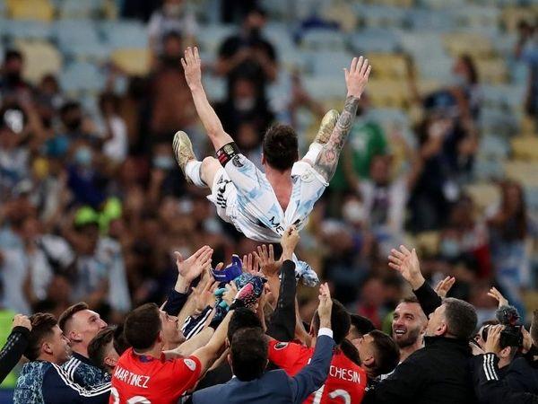 फुटबॉल में आमतौर पर खिताब जीतने के बाद कोच को इस तरह हवा में उछाला जाता है। अर्जेंटीनी खिलाड़ियों ने यह सम्मान अपने स्टार मेस्सी को दिया।
