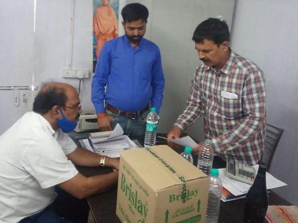 फैक्ट्री के अंदर जांच करते विभाग के अधिकारी। - Dainik Bhaskar