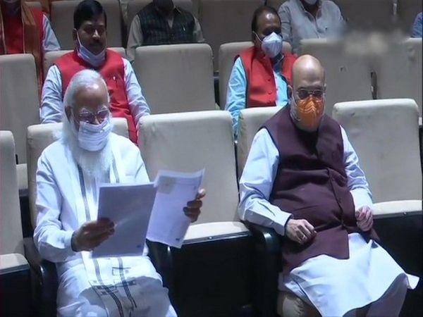 संसद में भाजपा सांसदों की मीटिंग लेते पीएम मोदी और साथ में गृहमंत्री अमित शाह।