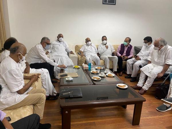 विपक्षी दलों ने भी मल्लिकार्जुन खड़गे के साथ सदन की कार्यवाही को लेकर बैठक की।