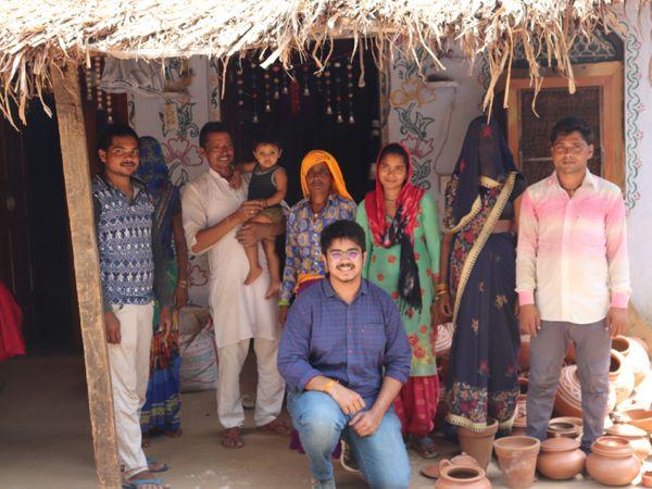 अभिनव गांव-गांव जाकर मिट्टी से बर्तन तैयार करने वाले कारीगरों से मिलते हैं। उनके काम को समझते हैं।