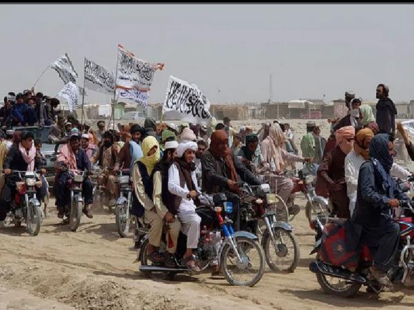 स्पिन बोल्डक इलाके में तालिबान के लड़ाकों को मोटरबाइक पर बैठकर बाजार से गुजरते हुए देखा गया है। -फाइल फोटो - Money Bhaskar