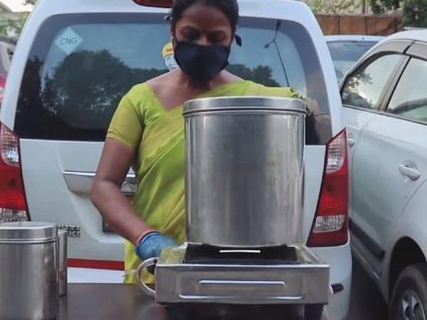 गीता अभी चॉकलेट इडली, मसाला इडली और पिज्जा इडली अपने ग्राहकों को परोस रही हैं।