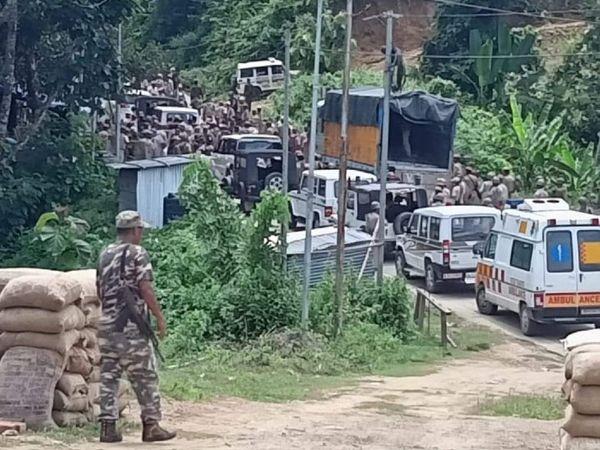 असम से मिजोरम जाने वाली सड़क पर दोनों राज्यों ने भारी पुलिस बल तैनात किया है।
