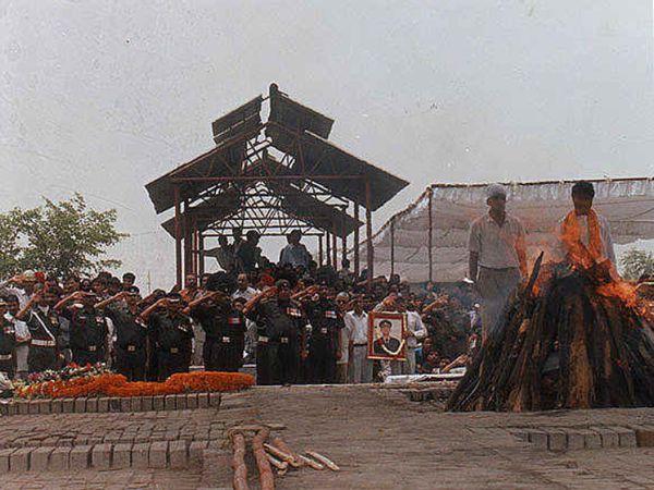यह तस्वीर कैप्टन विजयंत थापर के अंतिम संस्कार की है। वे 29 जून को करगिल युद्ध में शहीद हुए थे।