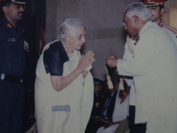 15 अगस्त 1999 को विजयंत को मरणोपरांत वीर चक्र सम्मान मिला था। उनकी दादी को सम्मान भेंट करते तत्कालीन राष्ट्रपति केआर नारायणन।