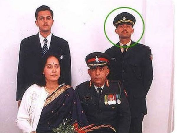 अपनी मां और पिता कर्नल वीएन थापर के साथ कैप्टन विजयंत थापर और उनके भाई।