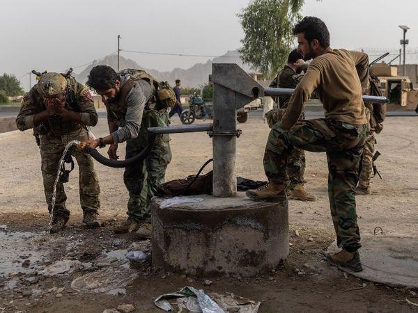 फोटो अफगानिस्तान के कंधार की है। तालिबान के आतंकियों से घंटो तक लड़ने के बाद हैंडपंप पर पानी पीते अफगान स्पेशल फोर्स के जवान। -फाइल फोटो - Money Bhaskar