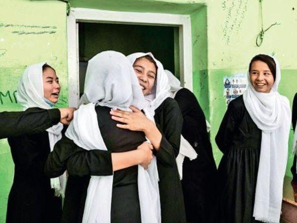 पहले दिन कई लड़कियां स्कूल पहुंची और पढ़ाई के लिए आजादी का जश्न मनाया। वो भी तब, जब देश में तालिबान का आतंक बढ़ गया है। - Money Bhaskar