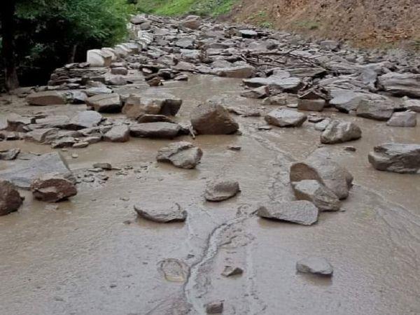 ब्रह्मगंगा नदी में आया पानी और कीचड़।