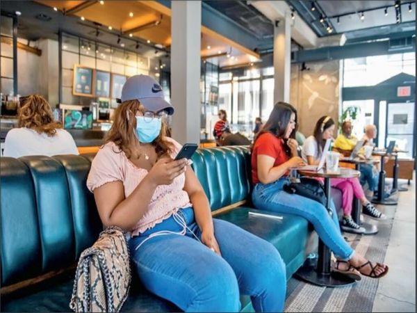 निर्देश के बावजूद न्यूयॉर्क में लोग बिना मास्क के दिखे। CDC ने कहा कि उन इलाकों में भी मास्क लगाना चाहिए, जहां 8% से ज्यादा टेस्ट पॉजिटिव मिल रहे हैं। - Money Bhaskar