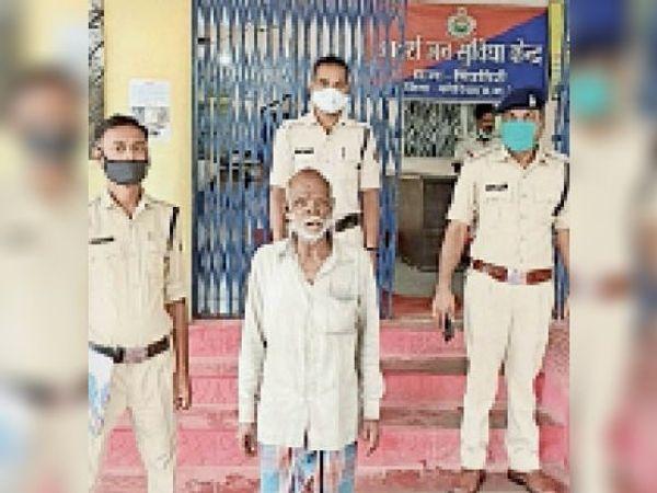 पुलिस गिरफ्त में आरोपी। - Money Bhaskar