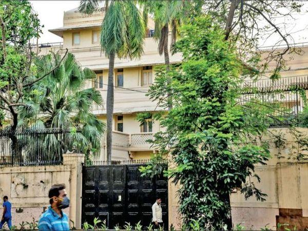रखरखाव के अभाव में मुंबई के पाश इलाके की यह इमारत अब कमजोर पड़ने लगी है। इसका पेंट भी झड़ने लगा है। दरवाजे-खिड़कियां भी कमजोर हो गए हैं। - Money Bhaskar