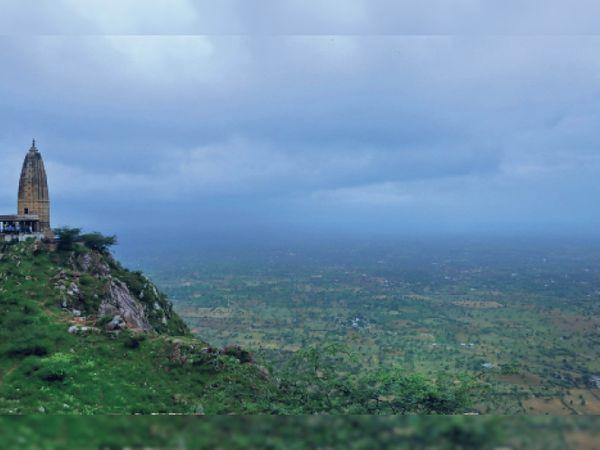 बुधवार को दिनभर घने बादल छाए रहे। कुछ देर तक बूंदाबांदी भी हुई, लेकिन तेज बारिश का इंतजार खत्म नहीं हुआ। -फोटो हर्ष पर्वत का। - Money Bhaskar