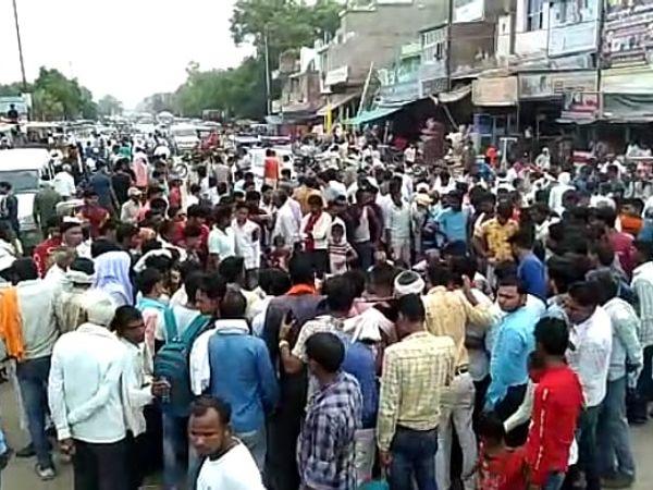 घटना स्थल पर मौजूद भीड़ (फाइल फो� - Money Bhaskar