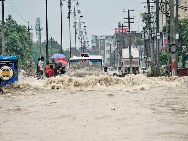 गाड़ियां फंसी, घरों में घुसा पानी - Money Bhaskar