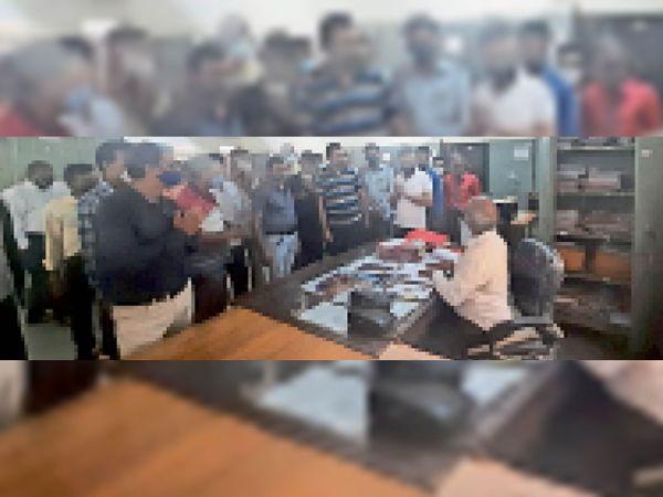कलेक्टोरेट में कार्यालय हाथ जोड़कर आंदोलन में शामिल होने के लिए मनाया। - Money Bhaskar