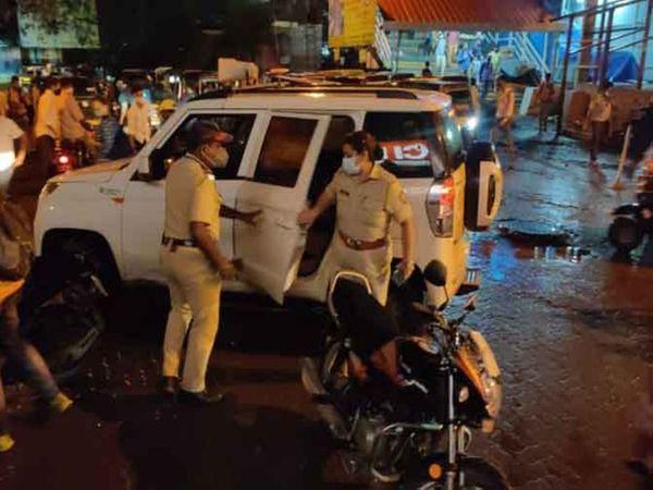 वारदात के कुछ देर बाद मौके पर पहुंची पुलिस टीम दोनों महिलाओं को लेकर हॉस्पिटल तक गईं।