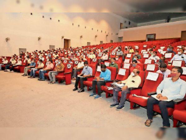 ऑडिटोरियम पंजरी प्लांट में अफसरों की बैठक लेते कलेक्टर। - Money Bhaskar