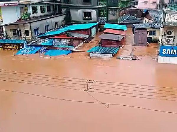 बारिश की सबसे ज्यादा तबाही कोल्हापुर, रत्नागिरी और रायगढ़ में देखने को मिली।