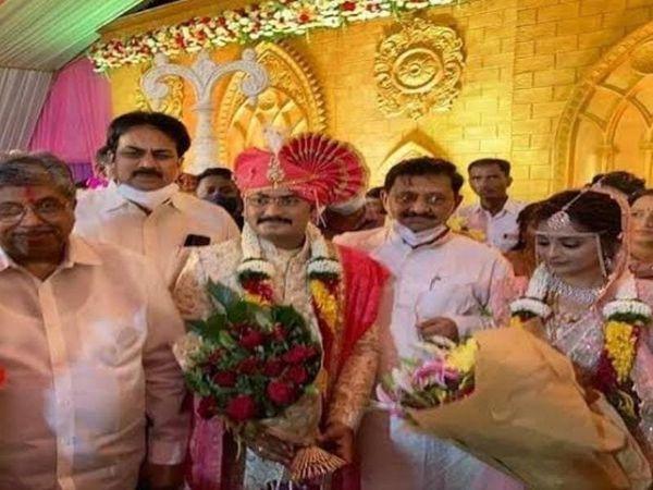 विधायक के दोनों बेटों की शादी में भाजपा के कई बड़े नेता शामिल हुए थे, जिनमें भाजपा प्रदेशाध्यक्ष चंद्रकांत पाटिल शामिल थे। - Money Bhaskar