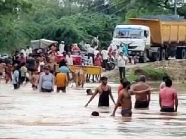 मौ में झिलमिल नदी के रपटा पुल पर पानी आ गया। इससे लोगों को परेशानी हुई।