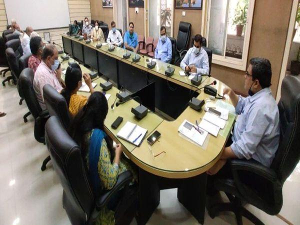 सीरो सर्वे को लेकर बैठक लेते कमिश्नर डॉ. पवन कुमार शर्मा। - Money Bhaskar