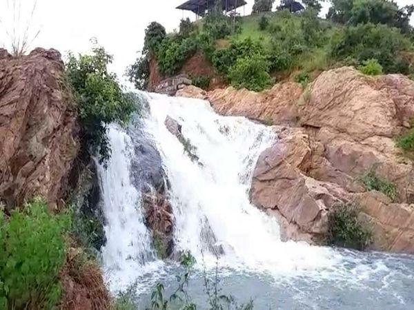अधिक बारिश की वजह से रतनपुर के आसपास के प्राकृतिक झरने भी बहने लगे हैं।