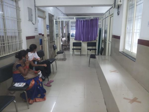 टीकाकरण केंद्र पर कम संख्या में गर्भवती महिलाएं पहुंच रही। - Money Bhaskar