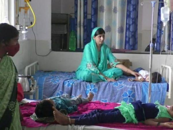 जिला चिकित्सालय में भर्ती डेंगू संक्रमित बच्चे - Money Bhaskar