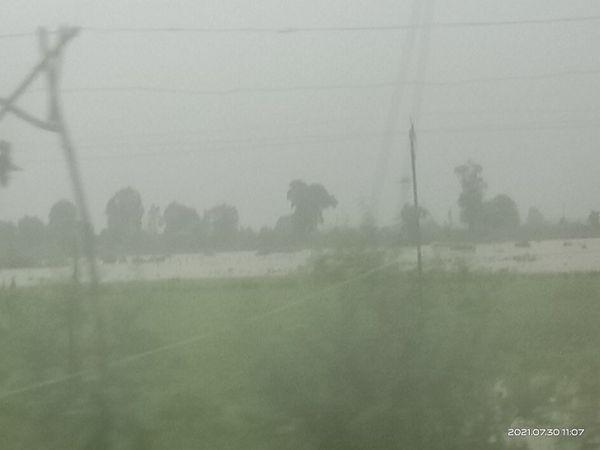 शुक्रवार को हो रही बारिश में विजिबिलिटी हुई कम - Money Bhaskar