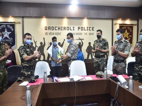 शुक्रवार को गढ़चिरौली पुलिस के सामने नक्सलियों के डॉक्टर सहित एक अन्य महिला नक्सली ने सरेंडर किया है। - Money Bhaskar