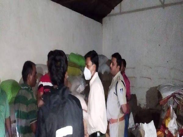 गोसलपुर पुलिस ने राजस्व विभाग के साथ मिलकर दो गाेदामों पर दी दबिश, दोनों सील। - Money Bhaskar