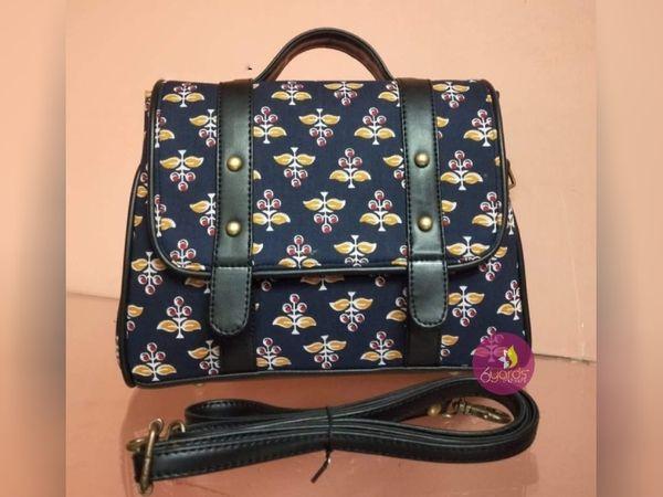 साड़ियों के साथ-साथ इप्सिता स्थानीय कारीगरों के बनाए बैग और पर्स की भी मार्केटिंग करती हैं।