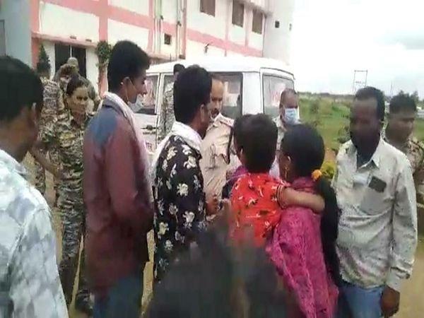 शुक्रवार को ग्रामीणों ने नगरनार थाना का घेराव कर थाना के मुंशी पर कार्रवाई की मांग की। - Money Bhaskar