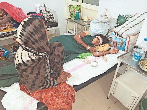 अस्पताल में भर्ती महिला। - Money Bhaskar